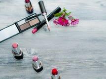 香水组成大理石舱内甲板位置 秀丽的概念:花,唇膏,构成镊子 库存照片