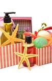 香波,胶凝体瓶,与海星的浴bomnbs在礼物盒 库存照片