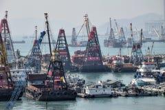 """香港†""""大约2017年1月:浮动起重机船锚在港口 免版税图库摄影"""