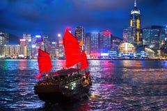 香港与破烂物船的夜视图 库存图片