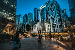 香港中央街道场面在晚上 免版税库存图片