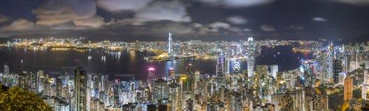 香港全景地平线在晚上,从峰顶的看法 免版税库存图片
