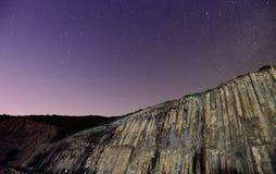 香港全球性Geopark在与满天星斗的天空的晚上 免版税库存照片