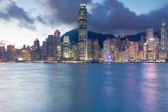 香港商业区夜光海滨人行道 免版税库存照片