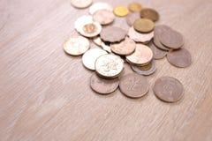 香港在木背景的美元硬币 库存图片