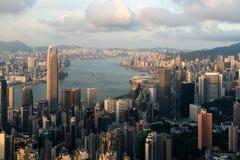 香港地平线和维多利亚港鸟瞰图与蓝色s 库存照片