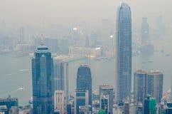 香港场面,从高峰鸟景色的维多利亚港口,在与恶劣天气的薄雾早晨 免版税库存图片