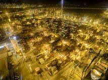 香港夜场面,金黄颜色的葵涌鸟瞰图  库存照片