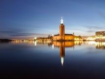 香港大会堂在斯德哥尔摩,瑞典在晚上 库存照片