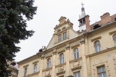 香港大会堂大厦的片段在老城市城堡的  Sighisoara市在罗马尼亚 库存照片