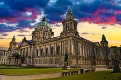 香港大会堂,贝尔法斯特北爱尔兰的日落图象 免版税库存照片