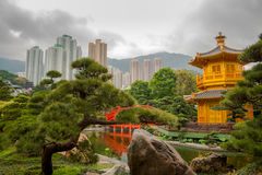 香港市和阴云密布的金黄亭子 库存图片