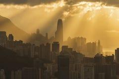 香港市地平线有太阳光芒的在日落下 库存照片