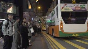 香港市,中国- 2019年6月:人在平衡城市街道的行人交叉路路 走在夜的城市居民 股票录像
