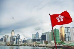 香港旗子有都市背景 免版税库存照片