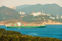 香港港是其中一个最繁忙的容器口岸在世界上 集装箱船运输沿东博寮海峡的货物 免版税库存照片