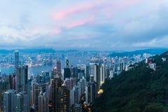 香港瓷都市风景在从维多利亚峰顶的晚上 库存照片