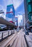 香港电车轨道,香港` s电车在两个方向运行--东部和西部乘客倾斜作为香港电车 库存照片