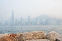 香港的财政区和太平山摩天大楼大气污染遮暗的 库存图片