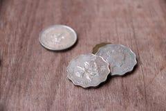 香港硬币在木地板上的 库存照片
