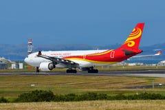 香港航空公司乘出租车在奥克兰国际机场的空中客车A330 免版税图库摄影