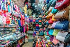 香港街道零售夫人` s市场夜视图在旺角 男子服饰用品商店的看法 库存图片