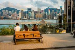 香港,中国-享受城市港口边的看法的人们 免版税库存图片