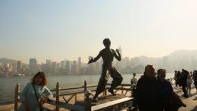 香港,中国- 2016年1月1日:星的大道的站立的李小龙 雕象是一个主要 库存图片