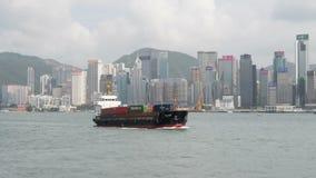 香港,中国- 2018年8月15日:横渡维多利亚habour和市地平线的小货船 股票录像