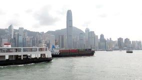 香港,中国- 2018年8月15日:横渡维多利亚habour的小集装箱船 股票录像