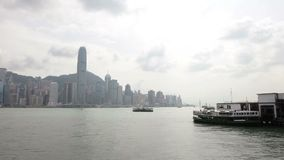 香港,中国- 2018年8月15日:渡轮在维多利亚港的横穿交通时间间隔  股票录像