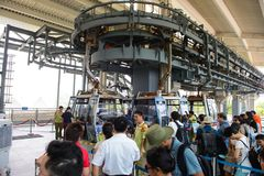 香港,中国- 2015年8月8日:等待未认出的游人上香港缆车,普遍的公开transportatio 库存照片