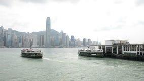 香港,中国- 2018年8月15日:轮渡横穿维多利亚港 股票录像