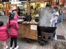 香港,中国2018年2月08日:香港传统街道食物手推车 烤栗子,鹌鹑蛋,白薯 库存照片