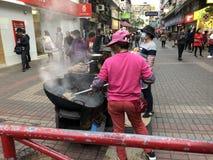 香港,中国2018年2月08日:香港传统街道食物手推车 烤栗子,鹌鹑蛋,白薯 免版税图库摄影