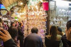 香港,中国2013年12月09日:人们在金鱼市场上在旺角 库存图片