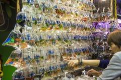香港,中国2013年12月09日:人们在金鱼市场上在旺角 库存照片