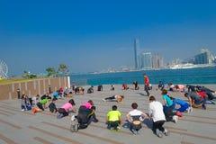 香港,中国- 2017年1月26日:做太极拳行使早晨的人人群,与市的downton洪K 免版税库存图片