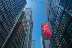 香港,中国- 2017年1月26日:香港商业中心和现代大厦在天时间,与情报的红色 图库摄影