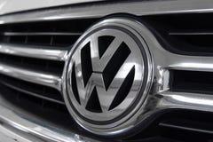 香港,香港- 2018年4月25日:大众VW商标徽章特写镜头和汽车在白色VW汽车烤 库存图片