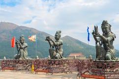 香港,香港- 2013年12月8日:三个佛陀雕象(提供六Devas) 库存图片