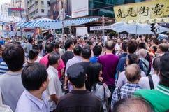 香港, 10月15日:听讲话的抗议者立场在Mongk 免版税库存照片