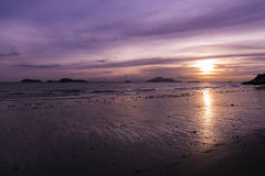 香港& x27; 在日落的s海滩在龙鼓滩 免版税库存照片