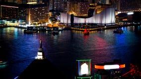 香港维多利亚港口和它的偶象红色古老破烂物风帆徒升从峰顶射击了在晚上 免版税库存图片