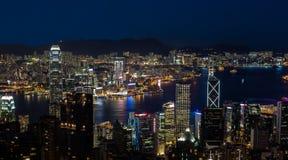 香港维多利亚港在晚上 库存照片