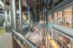 香港- 2014年5月12日:与城市地平线的现代楼梯在 免版税库存照片