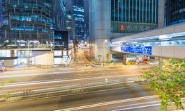 香港- 2014年5月12日:与路汽车ligh的现代城市地平线 库存图片