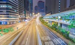 香港- 2014年5月12日:与路汽车ligh的现代城市地平线 免版税图库摄影