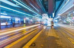 香港- 2014年5月12日:与路汽车ligh的现代城市地平线 免版税库存照片