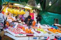 香港- 2018年1月13日:传统新鲜水果市场 免版税图库摄影